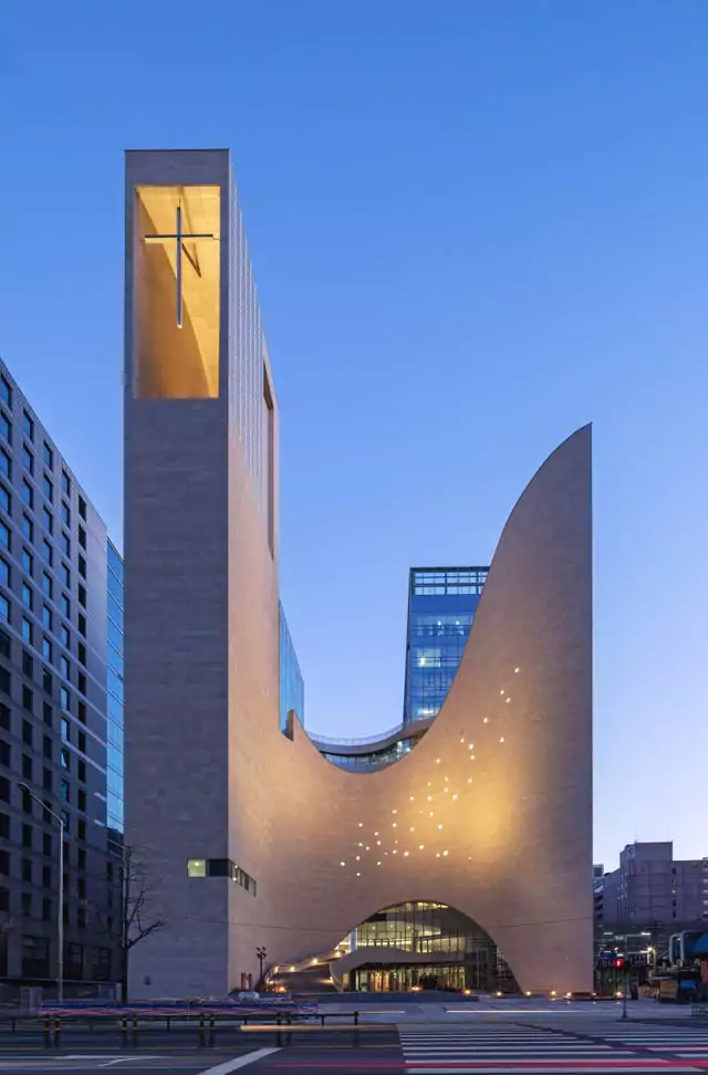 25 Wacky Buildings Which Draw Crowds of Tourists