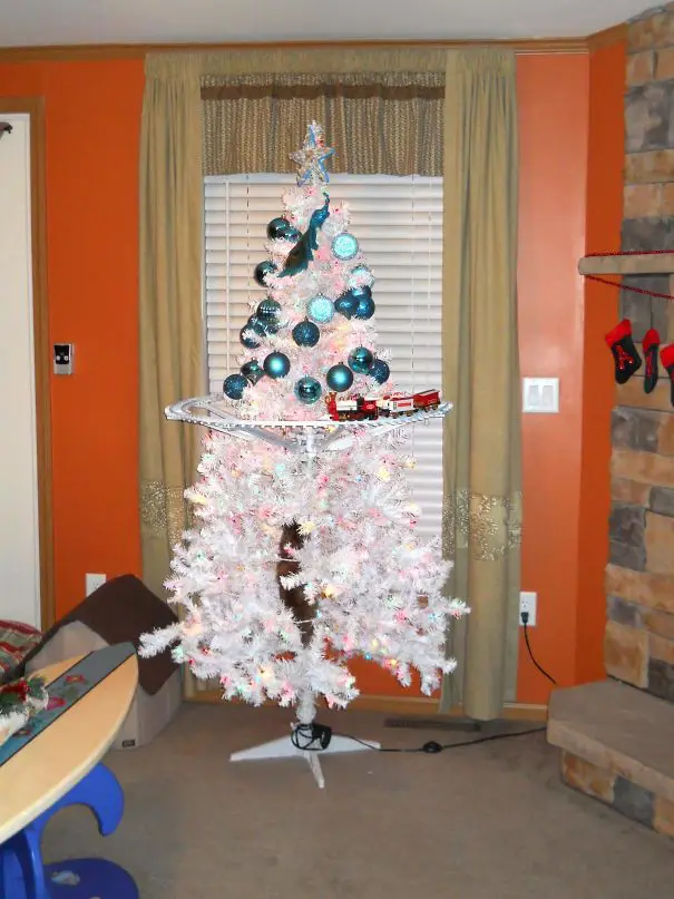 25 Determined People Who Have Developed a Brilliant Plan to Protect the Christmas Tree From Pets
