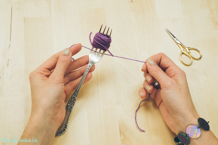 2-incredible-ways-to-make-yarn-pom-poms06