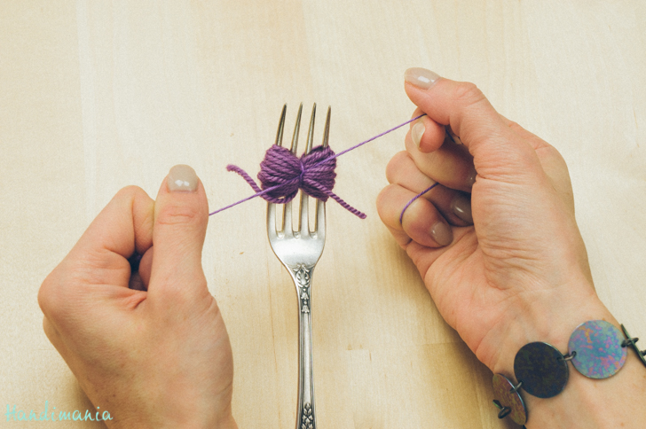 2-incredible-ways-to-make-yarn-pom-poms07