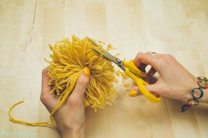 2-incredible-ways-to-make-yarn-pom-poms25