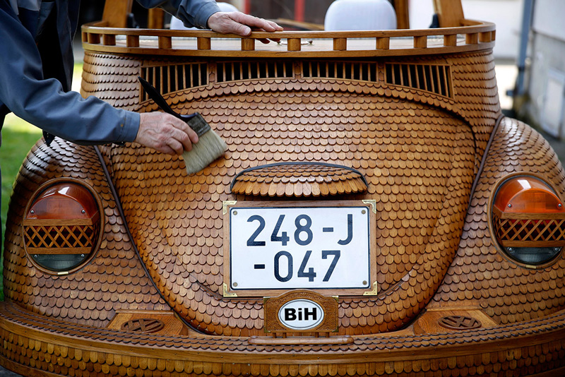 Volkswagen-Beetle-in-Thousands-of-Wood-Pieces-03