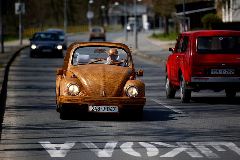 Volkswagen-Beetle-in-Thousands-of-Wood-Pieces-04