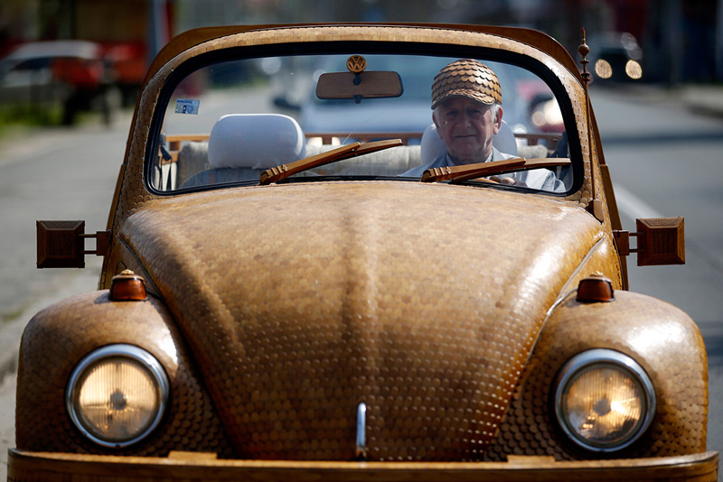 Volkswagen-Beetle-in-Thousands-of-Wood-Pieces-05