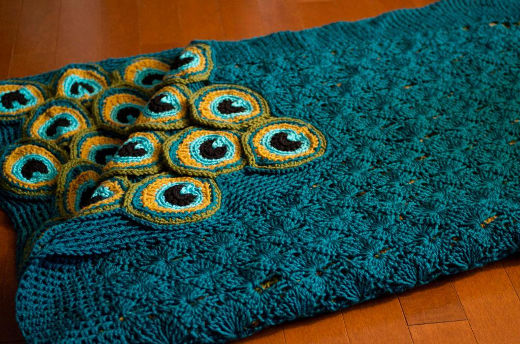 cozy-peacock-yarn-blanket-02
