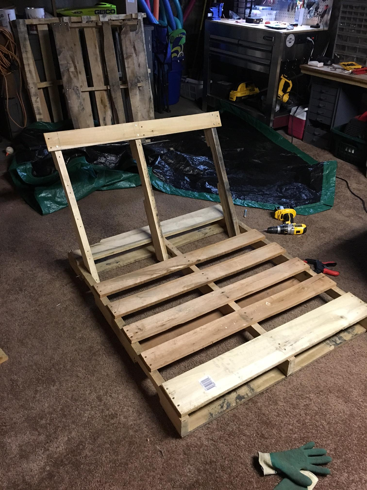 diy-pallet-chair-02