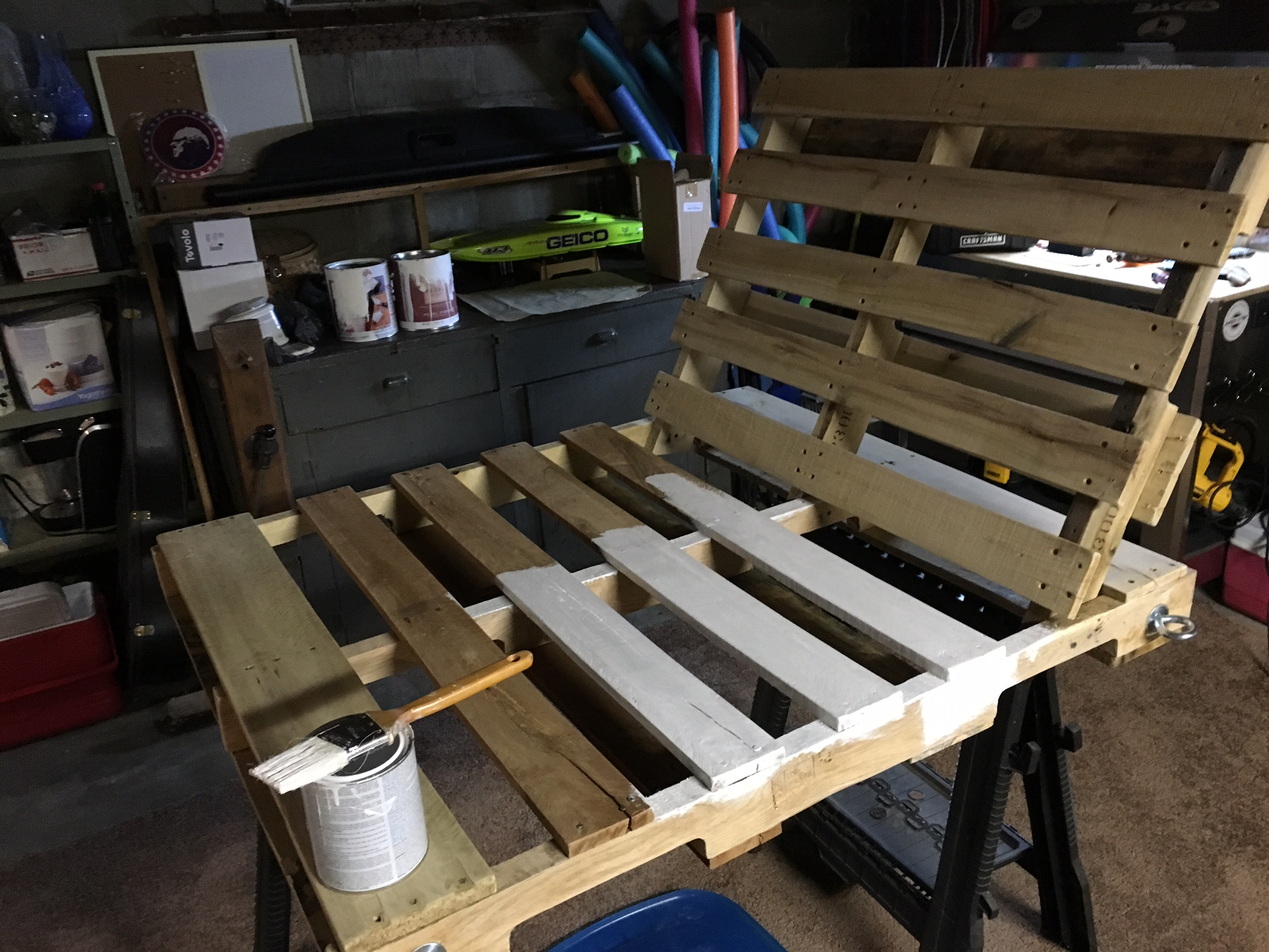 diy-pallet-chair-09