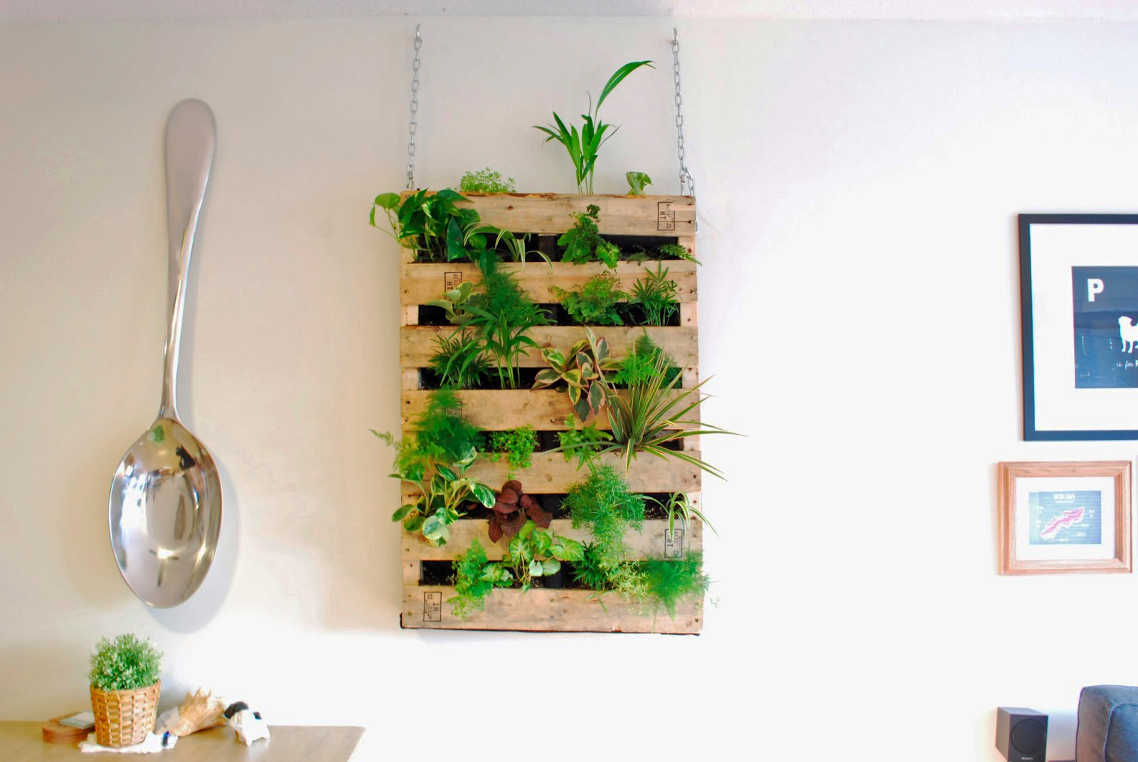 diy pallet living wall01