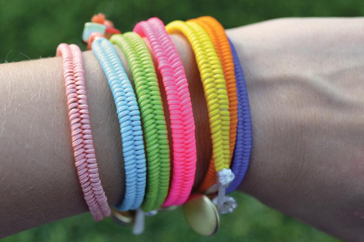 Его можно сделать из эластичного шнура или толстой нити. как сделать браслет. .