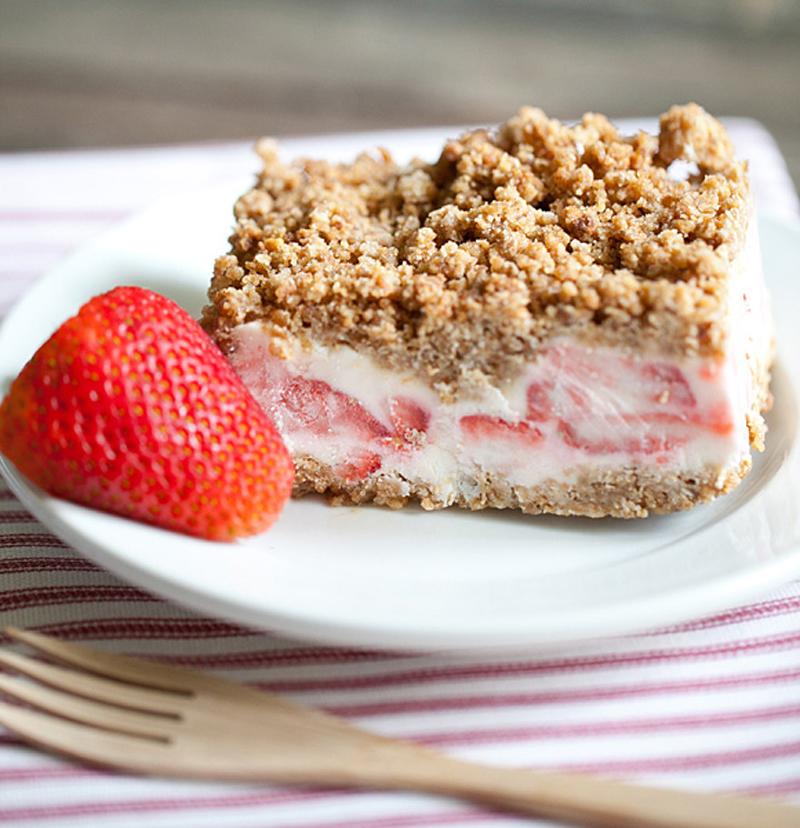 frozen-strawberry-crunch-cake-03