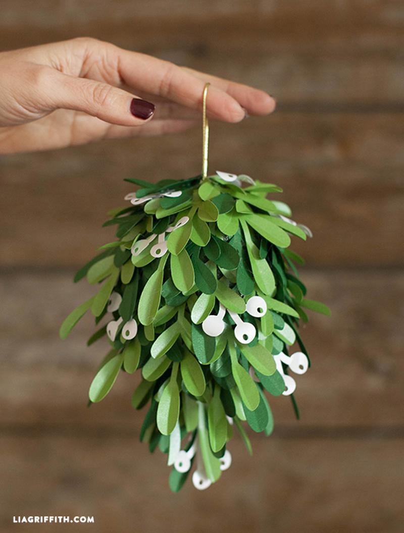 how to make paper mistletoe ball diy crafts handimania. Black Bedroom Furniture Sets. Home Design Ideas