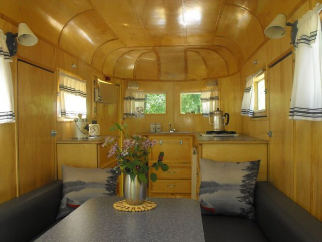 A 40-Year-Old Horse Trailer Turned into a Cosy Space. It Looks Wonderful Inside