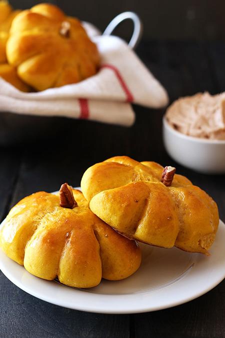 pumpkin-bread-rolls-fi