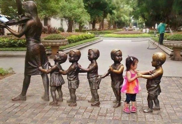 31 Ingenuous People Who Pose with Statues and Do It So Well!